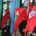 menyanyikan lagu indonesia raya dan mars al barkah